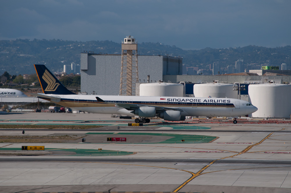 Singapore_Airlines_-_Flickr_-_skinnylawyer_(1)